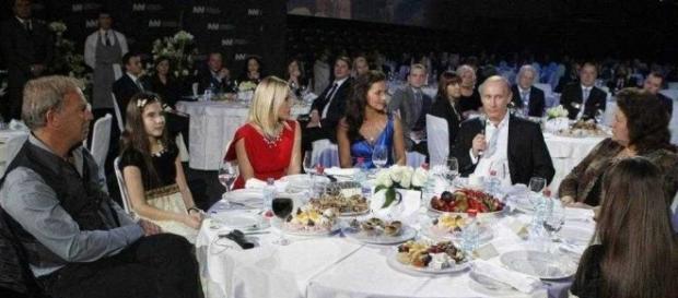 Ornella Muti condannato per aver cancellato uno spettacolo per partecipare a una cena con Putin