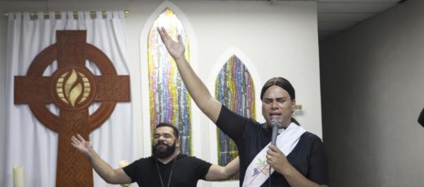 """""""Pastora"""" Alexya afirmou que """"Deus é travesti"""" e vídeo se espalhou na web"""
