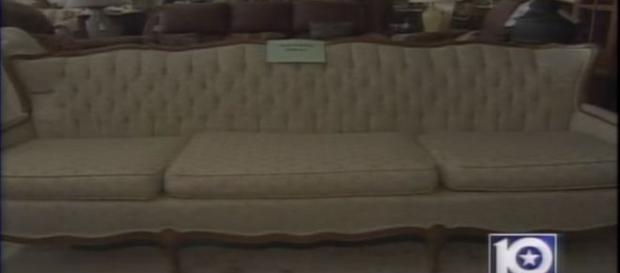 Segundo antigo proprietário, sofá exalava forte cheiro de enxofre (KWTX)