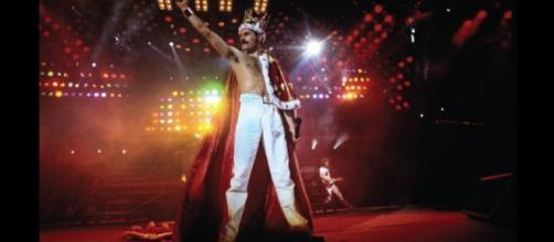 Freddie Mercury con su tradicional capa y corona cuando terminaba los shows de esa gira.