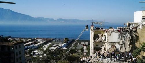 Torre Annunziata, crolla palazzina di 4 piani: 8 persone coinvolte ... - ilfattoquotidiano.it