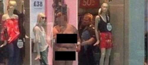 Várias manifestantes se juntaram em um shopping de Kent para protestar