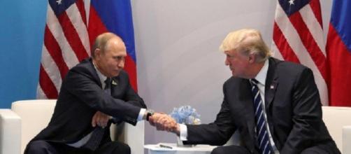 Vladimir Putin e Donald Trump, stretta di mano prima del colloquio al G20 di Amburgo