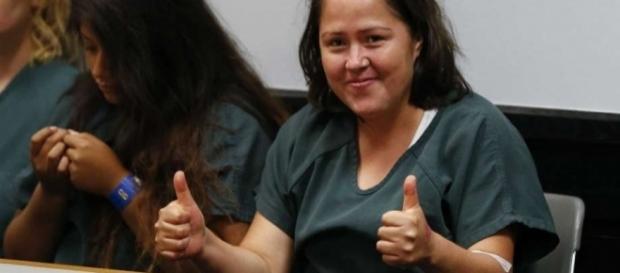 Acusada de matar o marido e quatro filhos, Isabel Martinez sorriu e fez sinal de positivo para câmeras