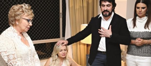 Eliana durante o seu encontro com o padre