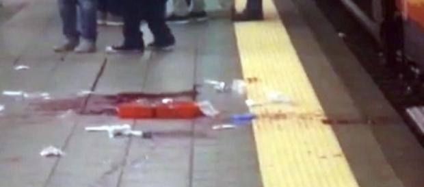La macchia di sangue lasciata dal capotreno aggredito con un machete a Milano nel 2015