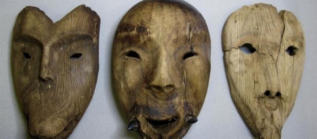 Máscaras de madera descubiertas en el sitio arqueológico de Nunalleq, en Alaska.
