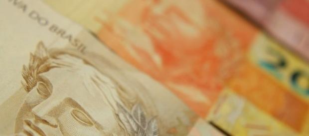Proposta que permite cobrar preço diferente no cartão causa polêmica. (Foto: Reprodução)