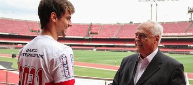 Rodrigo Caio cumprimenta presidente Leco
