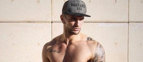 Albert Barranco regala a sus fans un posado desnudo celebrar sus 250.000 seguidores.