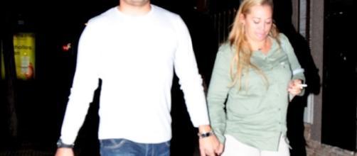 Miguel y Belén Esteban, juntos de la mano.