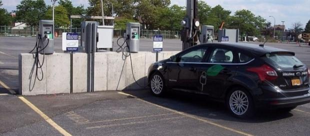 Electric car charging station in Buffalo New York (Image -wikimediacommons)