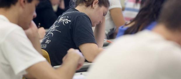 Estudantes de graduação com Fies terão mensalidades descontadas em folha como FGTS.. - com.br