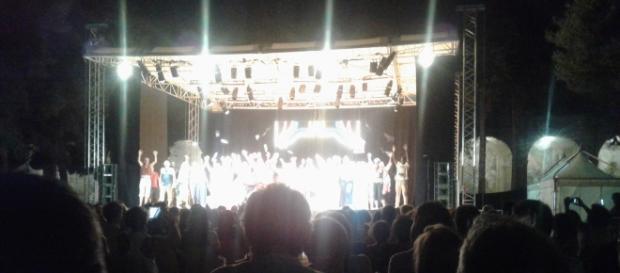 Il cast sul palco al termine dello spettacolo