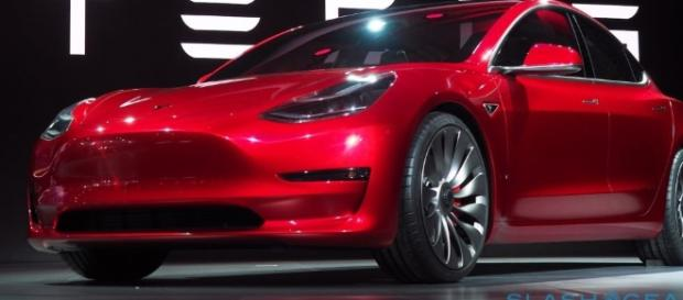 Tesla Model 3 - Photo: By Candy Red [CC BY-SA 4.0 (http://creativecommons.org/licenses/by-sa/4.0)], via Wikimedia Commons