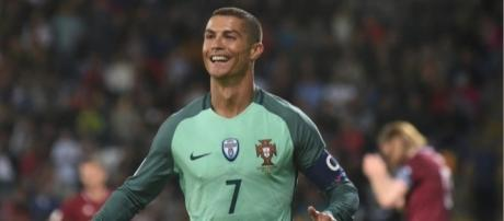 VIDEO. Niño se quita el miedo y se lanza sobre Cristiano Ronaldo ... - publinews.gt