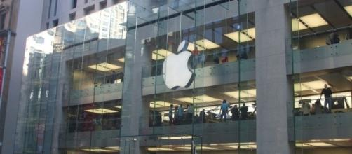 Apple store via Wikimedia Commons
