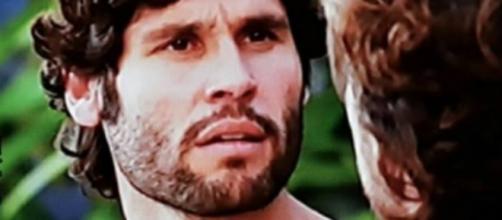 Asher indaga Zac sobre a morte do pai (Foto: Reprodução/Record TV)