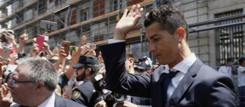 Cristiano Ronaldo à la sortie du tribunal (elpais.com)