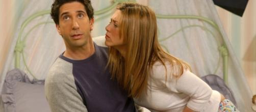 Evitar contato físico é um dos sinais de que você está na zona da amizade (Reprodução: Ultra Curioso)