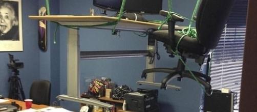 Imagine chegar e ver a sua mesa erguida por um conjunto de cordas até o teto