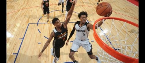 Kings' rookie De'Aaron Fox recently talked about a suggested 'rivalry' between he and the Lakers' Lonzo Ball. [Image via NBA/YouTube]