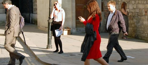 Crossing the street while looking at your smartphone can be dangerous (Image: Wikimedia Commons)