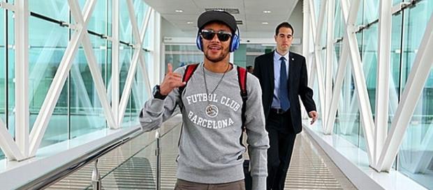 Neymar viaja a españa para hablar con presidente del club