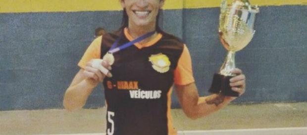 Primeira brasileira transgênero é aceita em time de vôlei