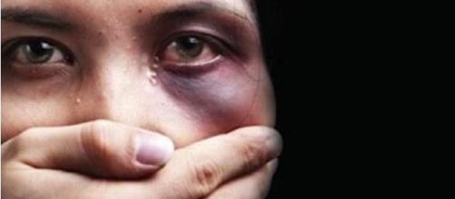 A violência esconde sua cara nos primeiros dias, mas dá sinais de que está para acontecer. (Reprodução/Internet)