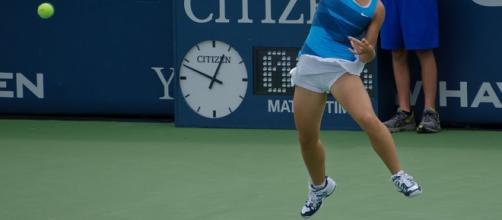 Sara Errani, qui in un azione sul campo da tennis, è stata squalificata due mesi per doping