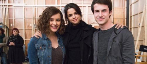 Selena Gomez, uma das produtoras da série, com o elenco nos bastidores da nova temporada