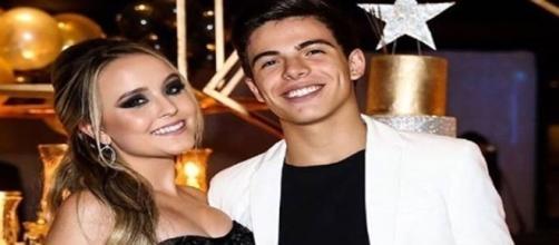 """Thomaz Costa diz que terminou namoro com Larissa Manoela por ligação e que """"estava infeliz"""""""