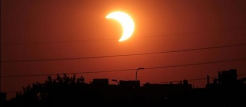 Partial solar eclipse may 20 2012 Minneapolis Minnesota by Tomruen via Wikimedia Commons