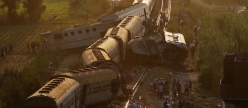 Até o momento, pelo menos 43 pessoas morreram em acidente com dois trens de passageiros no Egito (Crédito: Twitter/News JS Pakistan)