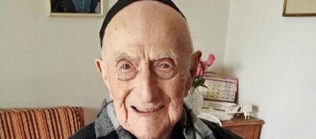 Sorridente e ottimista fino all'ultimo istante: morto a 113 anni Yisrael Kristal, l'uomo più vecchio del mondo sopravvissuto all'Olocausto.