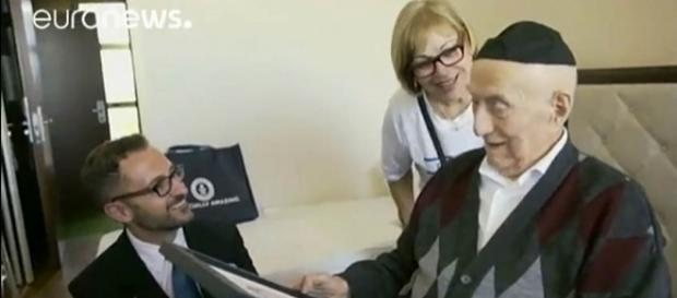 Yisrael Kristal, who was the world's oldest man and a holocaust survivor has died at 113 [Image: YouTube/euronews (in English)]