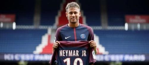 Neymar fez sua estreia no PSG neste domingo