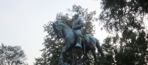Robert E. Lee statue in Charlottesville via Wikipedia Commons, Author: Billy Hathorn