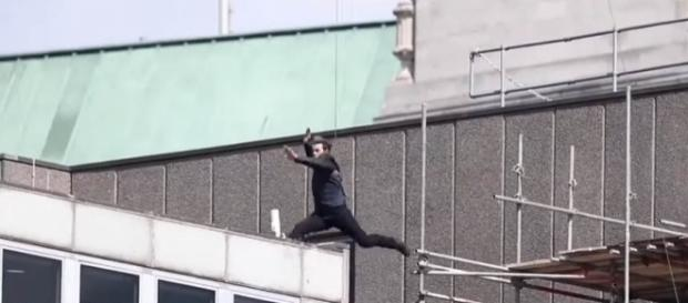 """Tom Cruise has an accident while performing a stunt for """"Mission: Impossible 6"""" [Image: YouTube/Trending World]"""