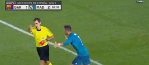 Cristiano Ronaldo é punido após empurrar árbitro (Foto: Captura de vídeo)