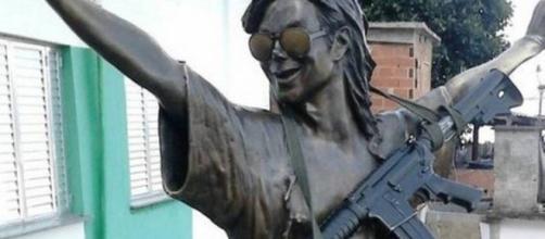 Estátua de bronze foi uma homenagem póstuma, um ano após a morte do ídolo