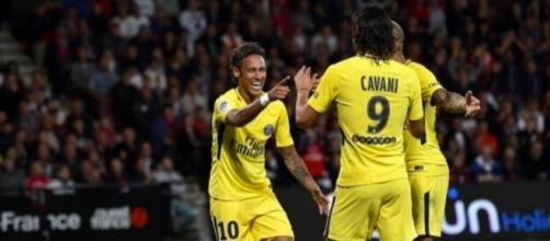 Neymar celebra el gol con sus nuevos compañeros