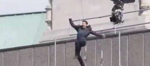 Salto finito male: Tom Cruise si fa male sul set.