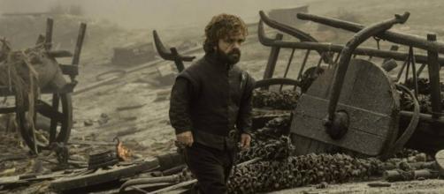 Tyrion camina abatido entre la desolación dejada por Drogon tras el asalto a los Lannister.