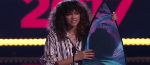 Zendaya, in her pajama-inspired ensemble, talked to the audience in her acceptance speech. [Image via YouTube/Ultralight Sports]