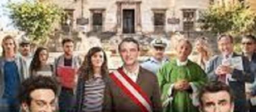 Cartel español de 'La hora del cambio', con su reparto coral detrás de los dos protagonistas y directores.