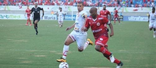 Jogadores de Juazeirense e América-RN brigam pela bola na Arena das Dunas