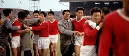 Middlesbrough, 19 luglio 1966: la gioia dei giocatori nordcoreani dopo la vittoria sull'Italia
