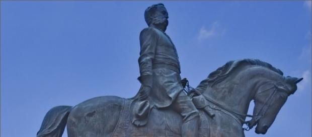Statue of Confederate Calvary leader. / [Image by Ron Cogswell via Flickr, CC BY 2.0]